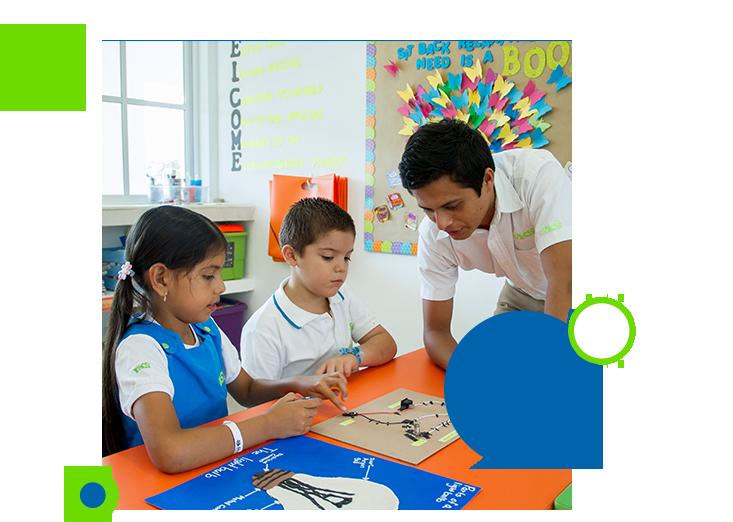 Profesor y estudiante de primaria impartiendo la clase de electrónica