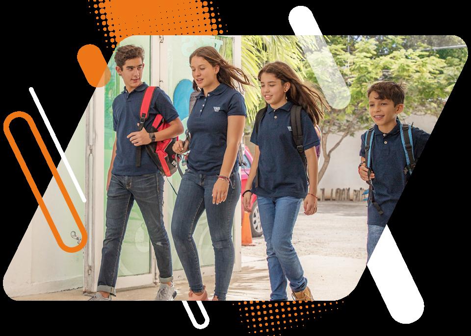 Estudiantes de diferentes grados caminando en la escuela