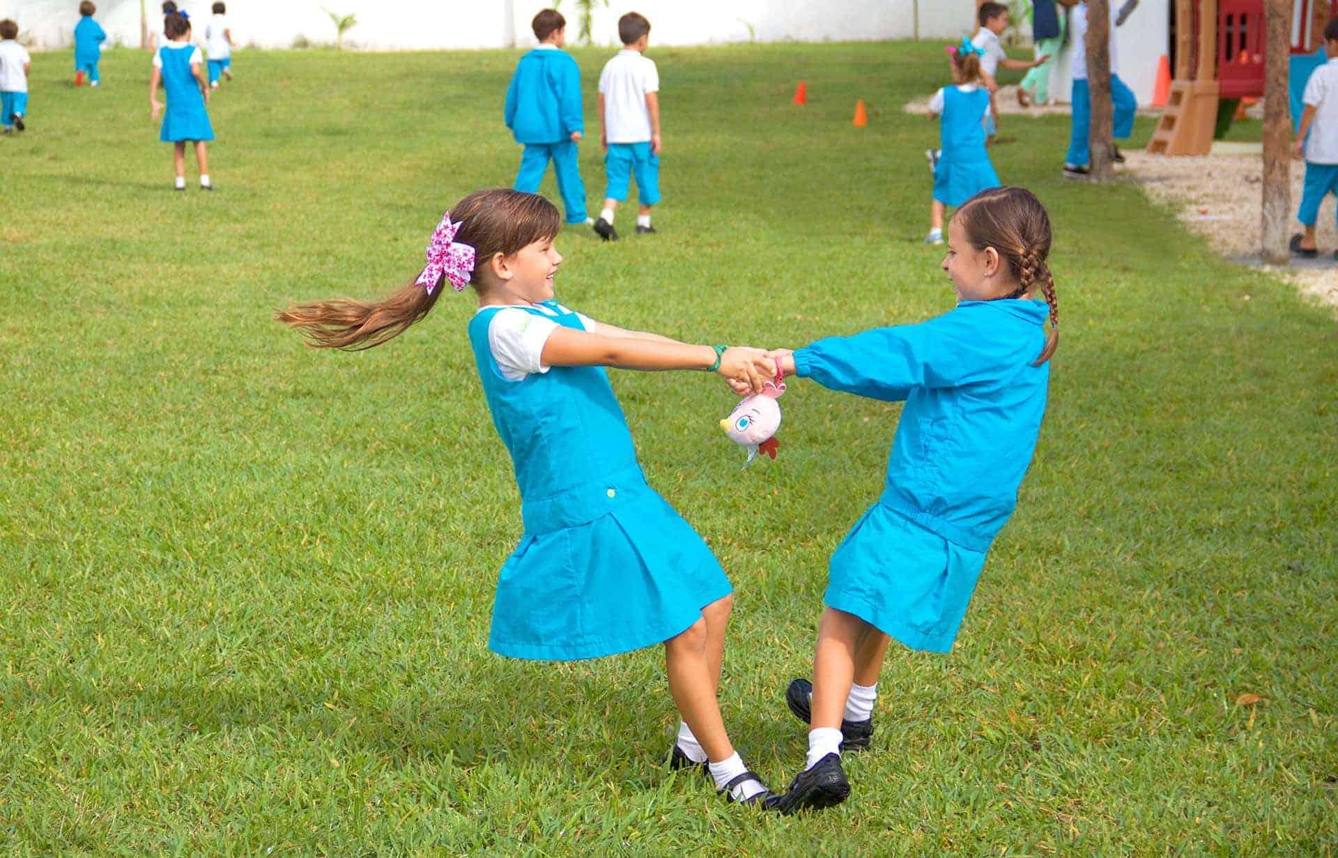 Dos niñas jugando en el patio